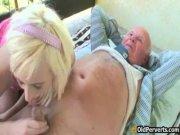 Молодая шлюха обслужила деда