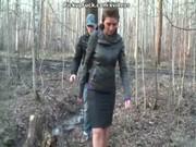 Сиськастую брюнетку ебут в лесу