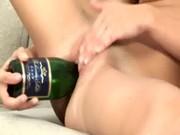 Дрочить бутылкой шампанского пизду - это кайф