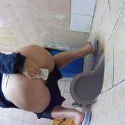 Скрытая камера сняла в туалете красивую срущую жопу девушки