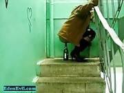 Пьяная русская проститутка села пиздой на бутылку шампусика