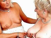 Бабушка проникает страпоном в мамашу
