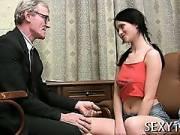 Молодая студентка приласкала страренького профессора