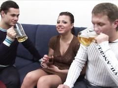 Напоили девушку и занялись групповым сексом