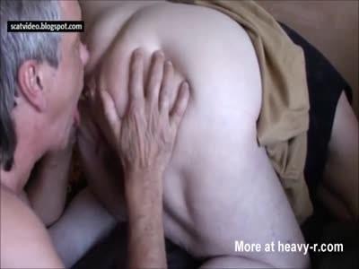 Старая бабушка срет мужику в рот