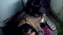 Зрелая индианка делает минет в туалете поезда
